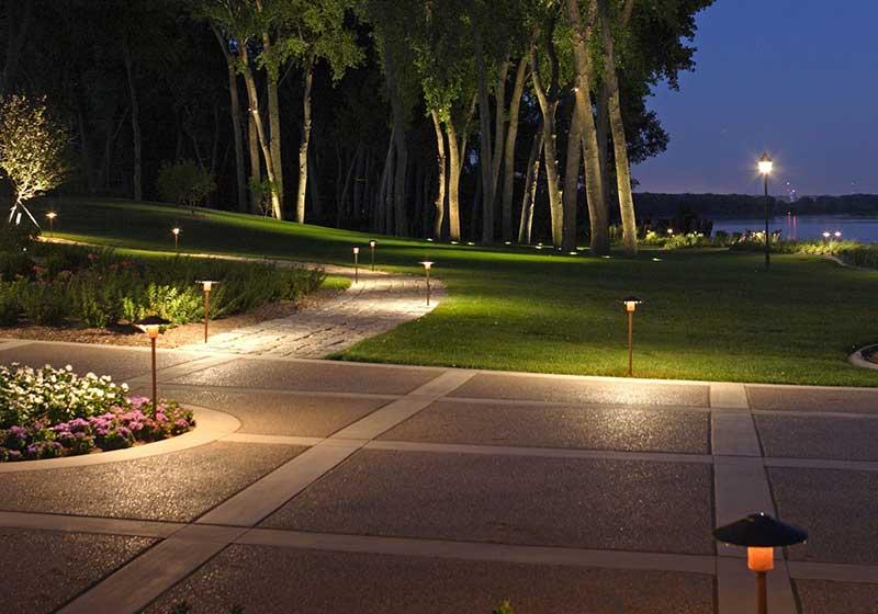 آبجکت سه بعدی چراغ های ایستاده و زمینی فضای سبز